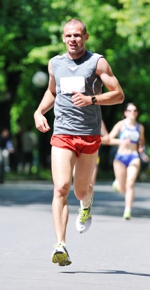 Man running 4 hour marathon